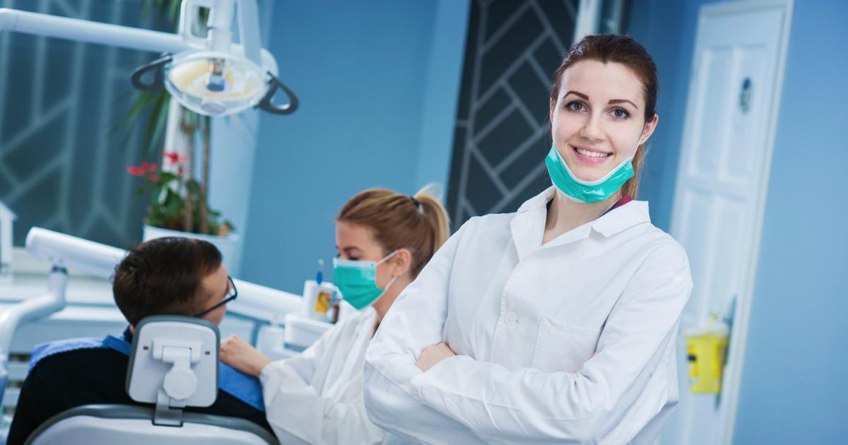 В клинику звонит пациент. Его интересует имплантация зуба. Однако, после нескольких минут разговора с вашим администратором он произносить эту ненавистную фразу: «Я вчера звонил в другую клинику и там сказали, что будет дешевле. А у вас дорого!» Что ответить в этом случае? Как объяснить пациенту, что дешево не значит хорошо. 3 ответа на это возражение вы можете прочитать ниже. . . Полный сценарий диалога ? на входящем звонке ☎ для вашего администратора вы можете получить тут ? http://shabloni.plp7.ru/ ? . . . ⃣ способ обработки возражения «А вот в другой клинике цены ниже» . Ответ администратора: . ? «Многие ошибочно полагают, что на себестоимость услуг влияет только цена расходного материала. Но это в корне не верно. Себестоимость складывается из разных факторов и большой процент в ней это образование доктора. То есть, если доктор постоянно повышает свою квалификацию и проходит курсы пост дипломного образования, то его услуги не могут стоить очень дешево. Потому что в противном случае, он бы не смог позволить себе обучение и лечил бы пациентов с помощью технологий, которые использовались в Советском Союзе. Не думаю, что вы бы хотели иметь такой опыт. А потому, скажу вам по секрету, чем выше цены в клинике, тем большей квалификацией обладают врачи. Исключения бывают, но в основном это так» . . . ⃣ способ обработки возражения «А вот в другой клинике цены ниже» . Ответ администратора: . ? «Знаете, как ни крути, а пациенты чуть меньше разбираются в стоматологических услугах, чем врачи или сотрудники клиники. Пациент услышал минимальную стоимость, а что он за это получит разбираться не стал. Что за материал, что за конструкция будет установлена. Насколько это будет функционально и удобно. Понятно, что если нет разницы, то зачем платить больше. Но разница есть и наша задача о ней вам рассказать. Для этого у нас и существует бесплатная первичная консультация, на которой доктор объясняет, чем кроме цены отличаются коронки, имплантанты, виниры. Цель консультации рассказать 